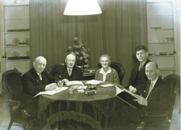 Het bestuur in de jaren 1950: W.N. van Deursen, mevr. A.A.W. Broekhuyzen en  de heren L.L. Dullaert, P.W. Ornée en H. Lintveld