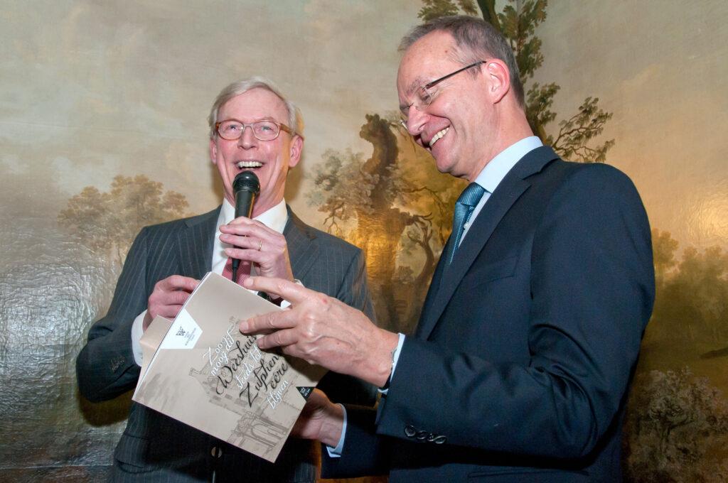 Het eerste exemplaar van het jubileumboek met de titel 'Zo moog dit Weeshuis steeds tot Zutphens eere blijven' (*) werd tijdens de feestelijke receptie door de voorzitter van Stichting het Burgerweeshuis, Oege Bosch, overhandigd aan Henk Kamp, destijds minister van economische zaken.